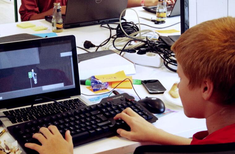 Ein Teilnehmer baut am Laptop an einem Spiel während des Events in Hamburg 2015.