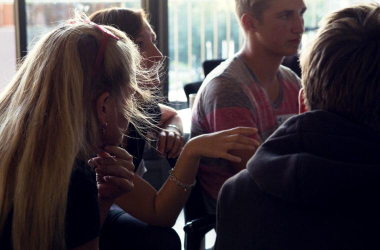 Ein Team von vier Leuten diskutiert über ihr Projekt.