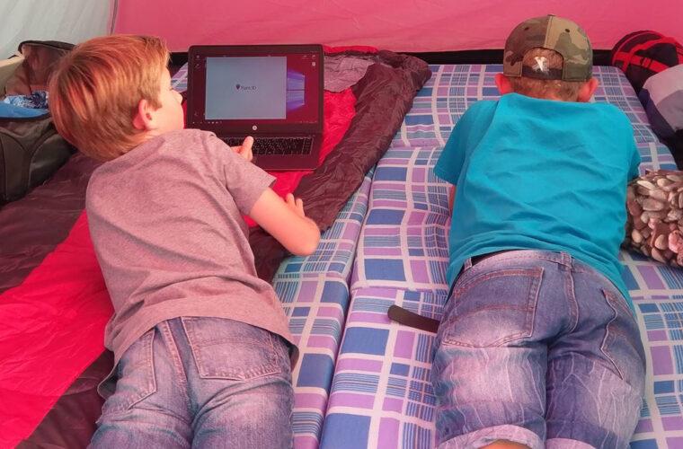Zwei Teilnehmerinnen beim Arbeiten im Zelt beim Event in Zürich 2017