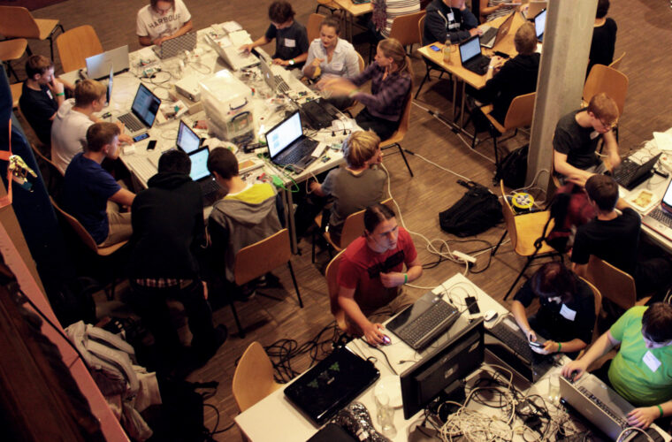 Der Blick von oben auf die Arbeitsinseln beim Berliner Event 2013.