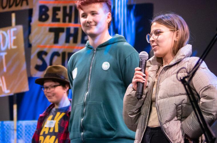 Ein Projektteam stellt ihr Projekt beim Berliner Event 2019 auf der Bühne vor.
