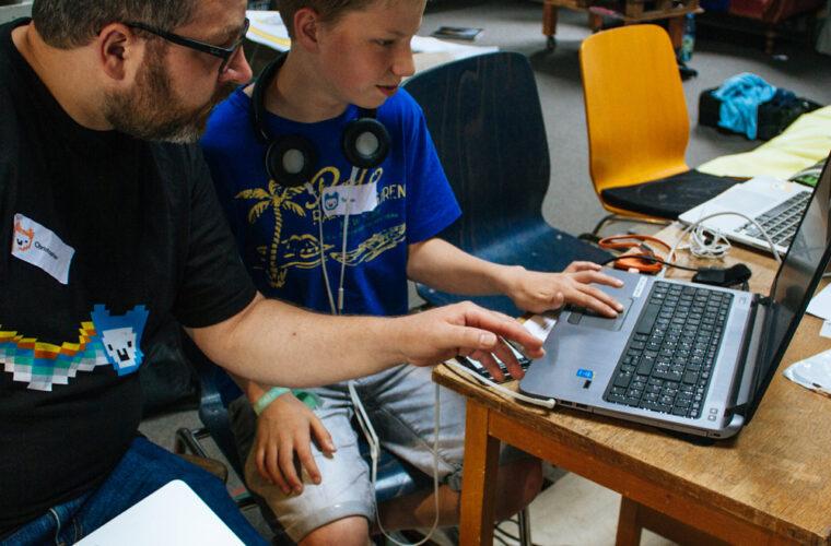 Ein Mentor hilft einem Teilnehmer beim Event in Frankfurt 2019.