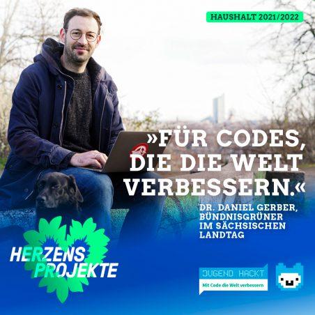 Daniel Gerber sitzt mit einem Laptop unter freiem Himmel. Im Bild der Text: Für Codes, die die Welt verbessern.